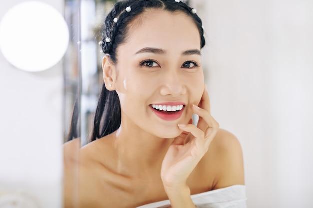 Vrouw met witte brede glimlach Premium Foto