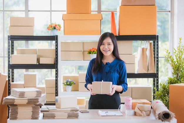 Vrouw met zaken vanuit thuisbasis. Premium Foto