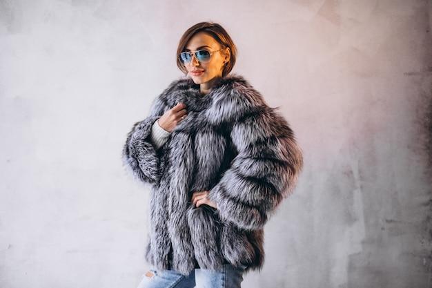 Vrouw model demonstrerende winter doeken Gratis Foto