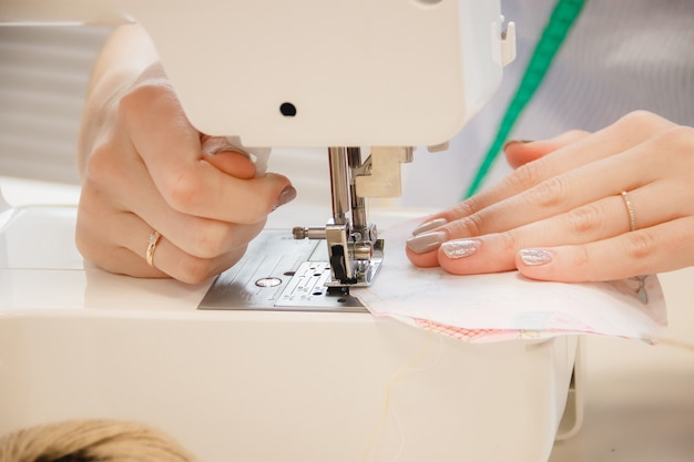 Vrouw naaister werk op naaimachine Premium Foto