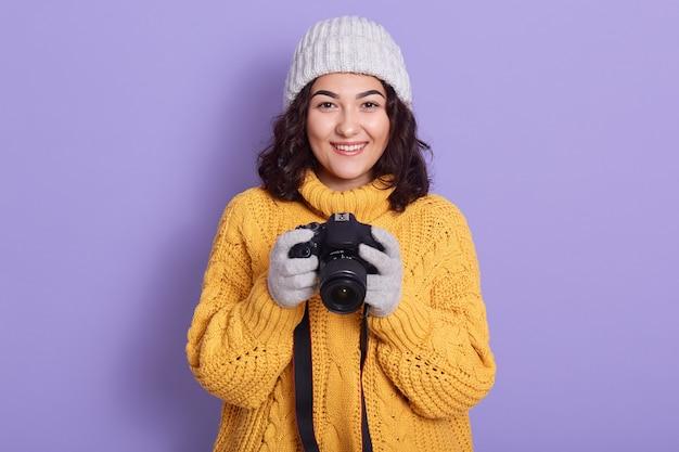 Vrouw neemt foto's met fotografische camera in handen Gratis Foto