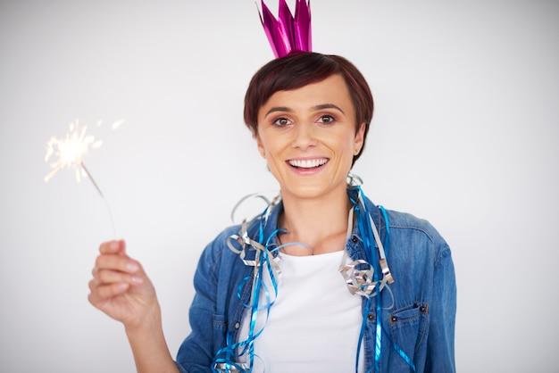 Vrouw nieuwjaar vieren met een sterretje Gratis Foto
