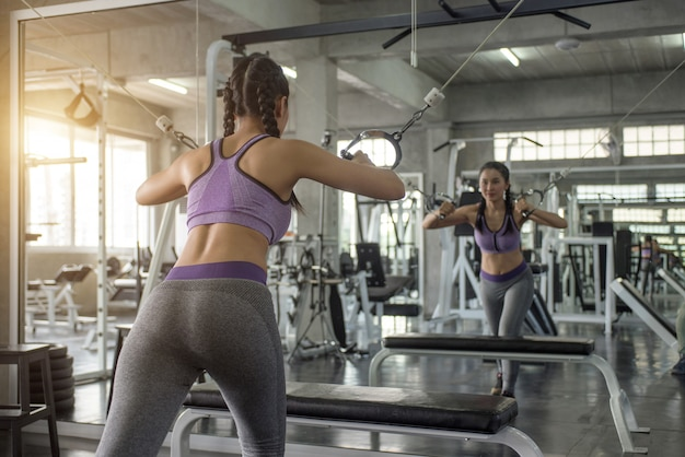 Vrouw oefening workout in gym fitness Premium Foto