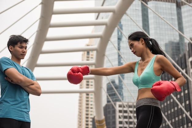 Vrouw oefent muay thai punch met coach Premium Foto