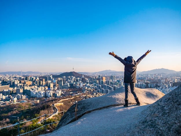 Vrouw of meisje op de top van de berg Gratis Foto