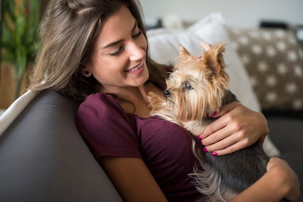 Vrouw omhelst haar kleine puppy Gratis Foto