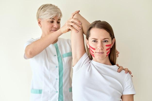 Vrouw ondergaat therapie met fysioloog Gratis Foto