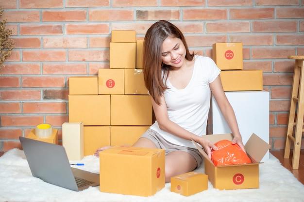 Vrouw ondernemer ondernemer mkb bedrijf is het controleren van de bestelling Premium Foto