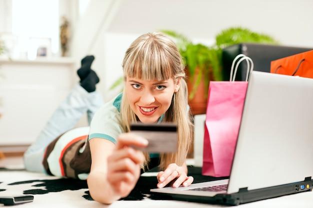 Vrouw online winkelen via internet vanuit huis Premium Foto