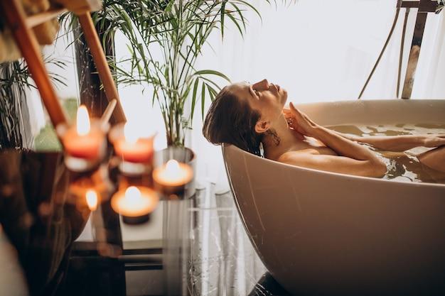 Vrouw ontspannen in bad met bubbels Gratis Foto