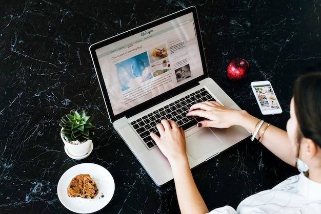 Vrouw ontspannen verbindende website concept Premium Foto