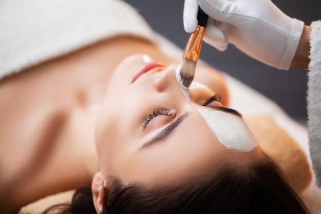 Vrouw ontspant tijdens spa-behandelingen in de schoonheidssalon Premium Foto