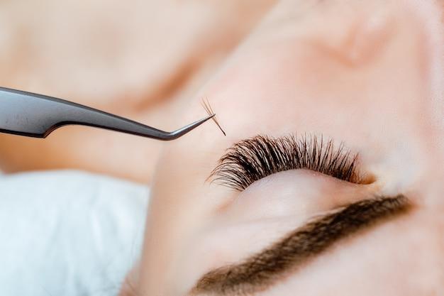 Vrouw oog met lange wimpers. wimperverlenging. wimpers, close-up, Premium Foto