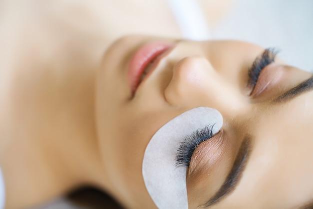 Vrouw oog met lange wimpers. wimperverlenging Premium Foto