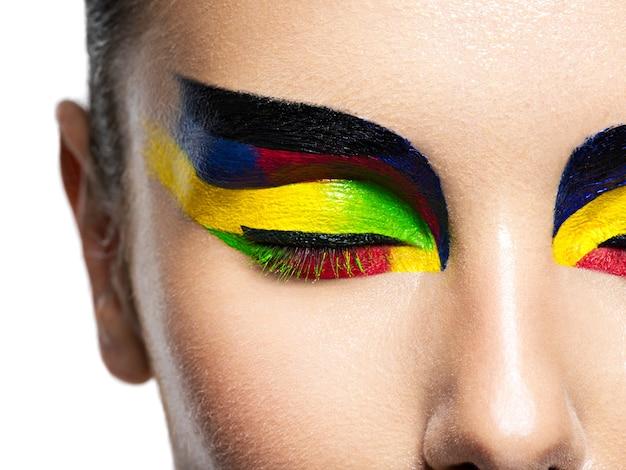 Vrouw oog met levendige kleuren make-up. macro opname Gratis Foto