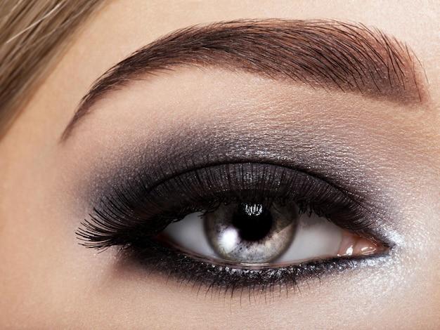 Vrouw oog met zwarte oogmake-up. macro-stijl afbeelding. lange wimpers Gratis Foto