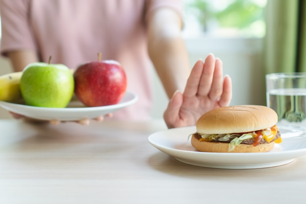 Vrouw op dieet voor een goede gezondheid. Premium Foto