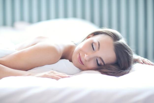 Vrouw op het bed Gratis Foto