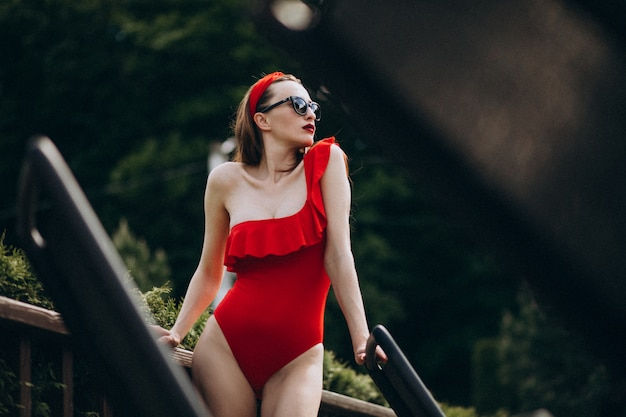 Vrouw op rode zwempakmanier Gratis Foto