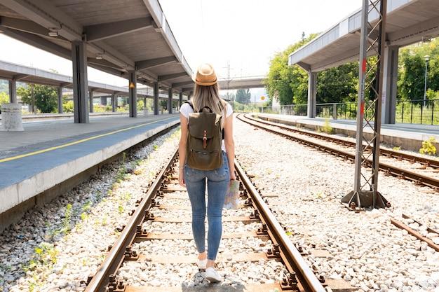 Vrouw op spoorwegsporen van erachter Gratis Foto