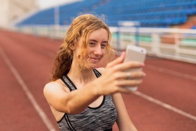 Vrouw op stadion dat selfie neemt Gratis Foto