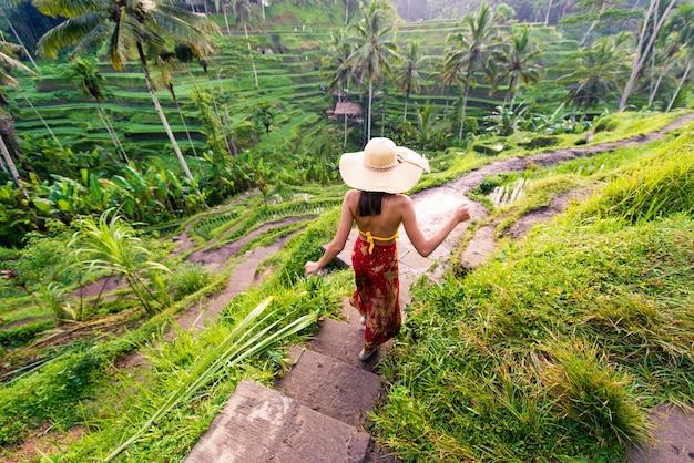 Vrouw op tegalalang rijstterras in bali Premium Foto