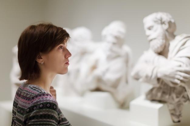 Vrouw op zoek naar oude sculpturen Gratis Foto