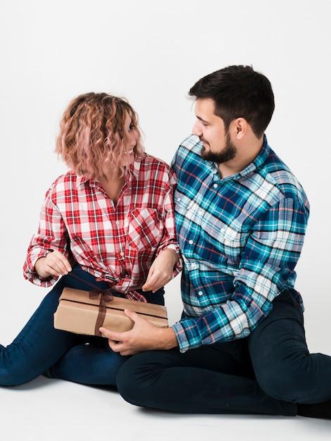 Vrouw opening cadeau voor valentines Gratis Foto