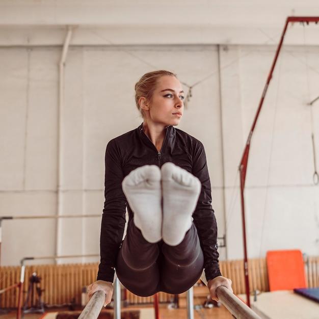 Vrouw opleiding voor kampioenschap turnen Gratis Foto