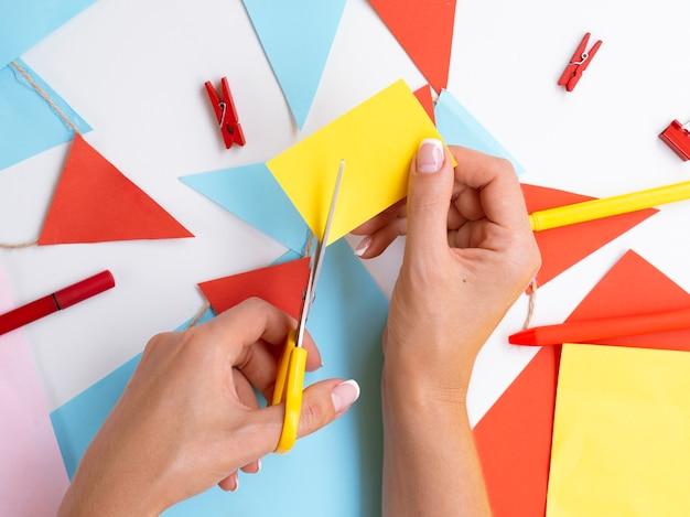 Vrouw papier en clips decoraties maken Gratis Foto