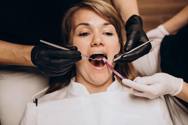Vrouw patiënt bezoekende tandarts Gratis Foto