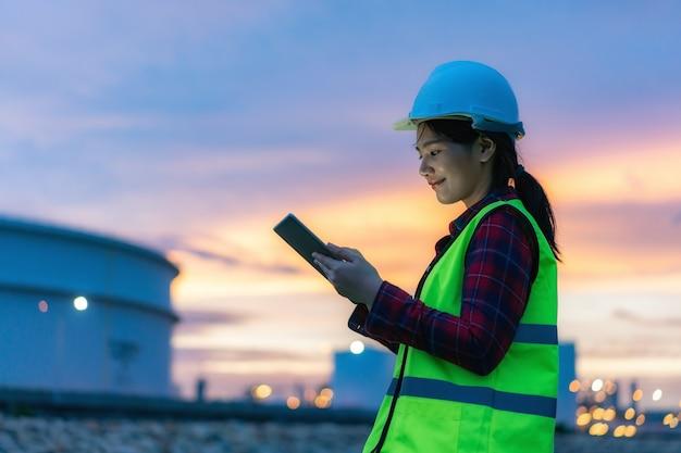 Vrouw petrochemische ingenieur werken met digitale tablet Premium Foto
