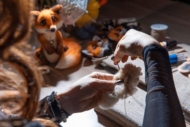 Vrouw pluizig speelgoed in het atelier breien Gratis Foto