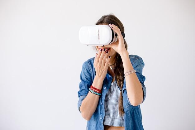 Vrouw portret giechelen tijdens het gebruik van vr-bril Gratis Foto