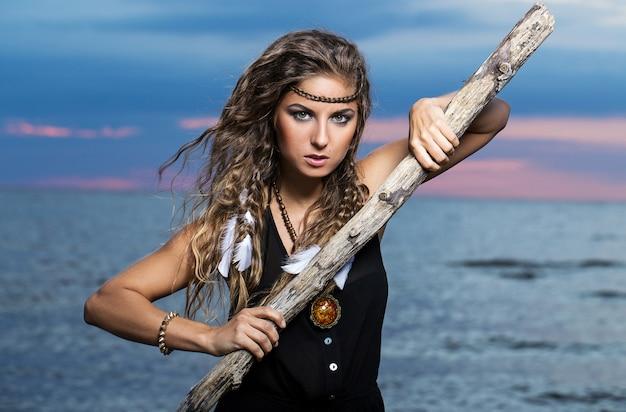 Vrouw poseert met een stok Gratis Foto
