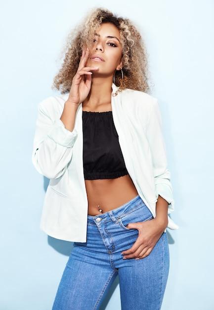 Vrouw poseren in casual moderne kleding Gratis Foto
