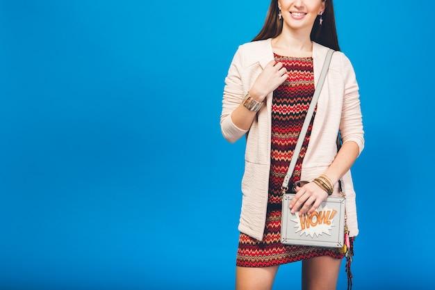 Vrouw poseren met zomer mode tas Gratis Foto