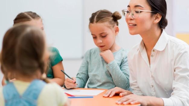 Vrouw praat met haar studenten Gratis Foto