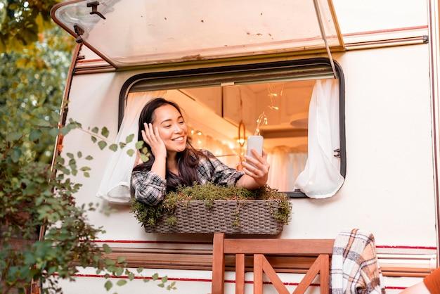 Vrouw praten met haar vrienden op mobiele telefoon Gratis Foto