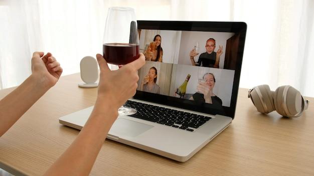 Vrouw praten over videochat met vrienden Premium Foto