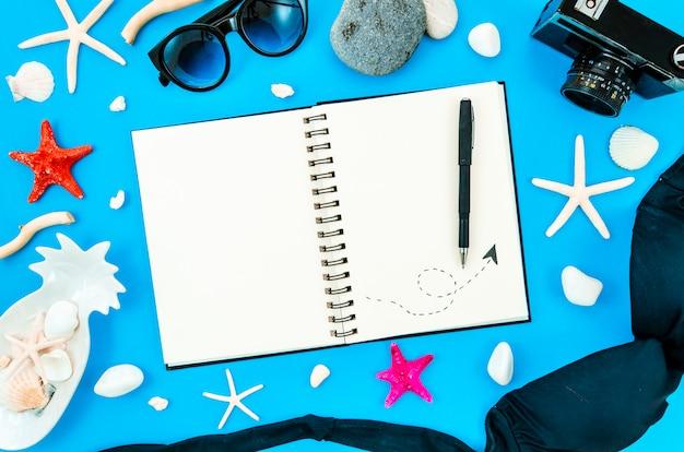Vrouw reisdagboek kopie ruimte voor tekst Premium Foto