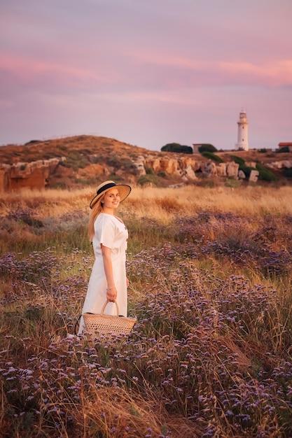Vrouw reist naar cyprus en geniet van de natuur in de buurt van de vuurtoren Premium Foto