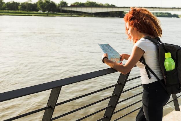 Vrouw reist rond de wereld Gratis Foto