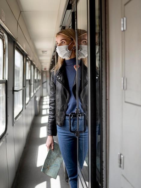 Vrouw reizen met de trein Gratis Foto