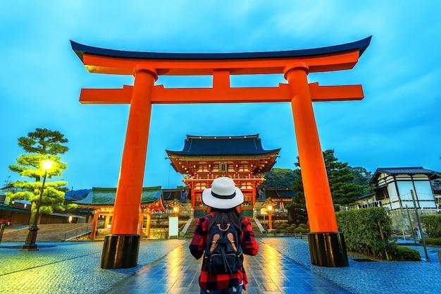 Vrouw reiziger met rugzak op fushimi inari taisha shrine in kyoto, japan. Gratis Foto