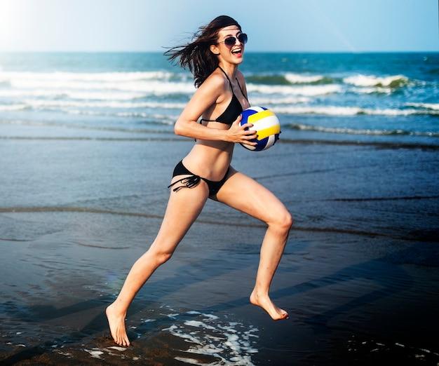 Vrouw rent op het strand Premium Foto