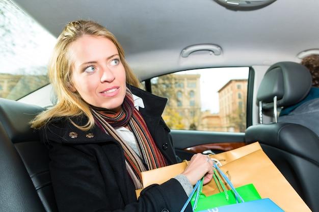 Vrouw rijden in taxi, ze was aan het winkelen Premium Foto