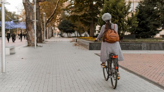 Vrouw rijdt op de fiets van achter schot Premium Foto