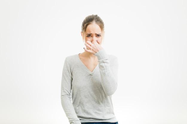 Vrouw ruikt iets slechts Gratis Foto