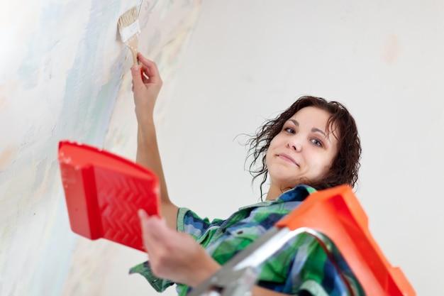 Vrouw schildert thuis Gratis Foto